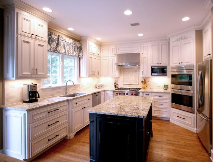 kitchen.island,two toned cabinets,large floor plan,traditional,ideas