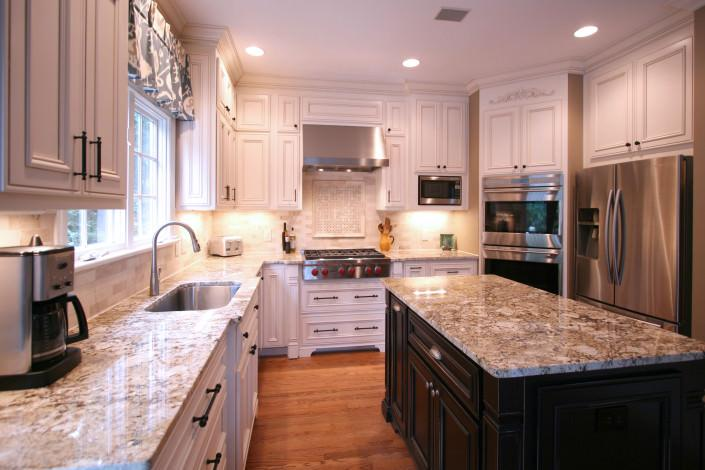 kitchen,island,decorative details,two toned cabinets,traditional,ideas