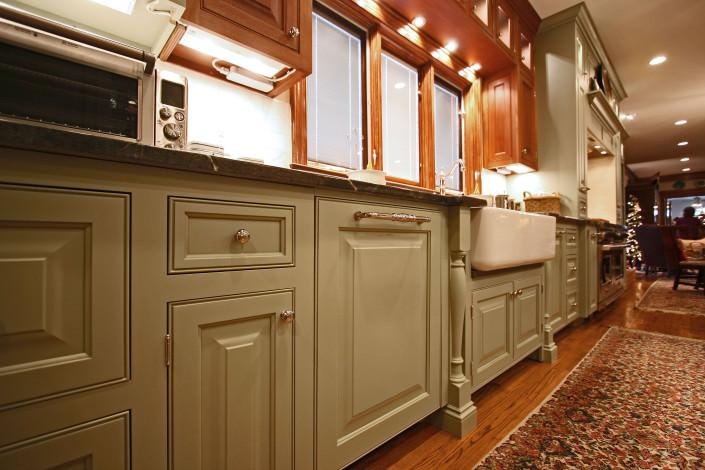kitchen,farm sink,under cabinet lights,two toned cabinets,classic,ideas