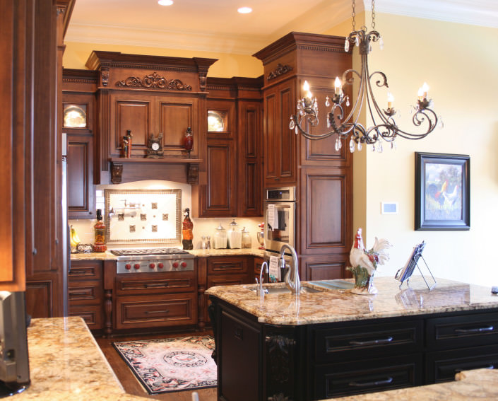 kitchen,island,decorative details,display cabinets,two toned cabinets