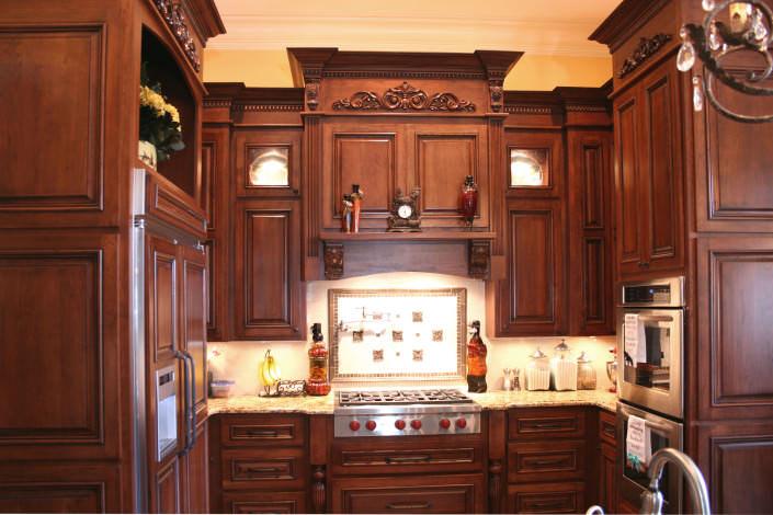 kitchen,decorative details,tiled backsplash,display cabinets,traditional style