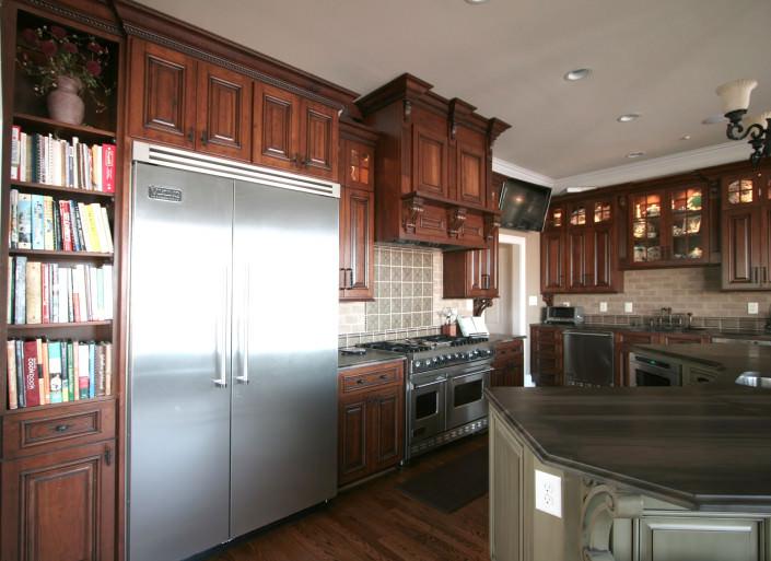 kitchen,large fridge,decorative details,double oven,traditional,ideas