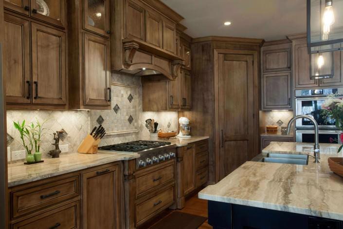 kitchen,island,transitional,decorative details,tile backsplash,two toned kitchen